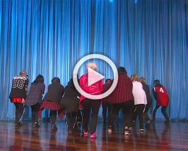 Ellen invita a una señora de 60 años a bailar en directo. ¿Cuando se da la vuelta? ¡Increíble!