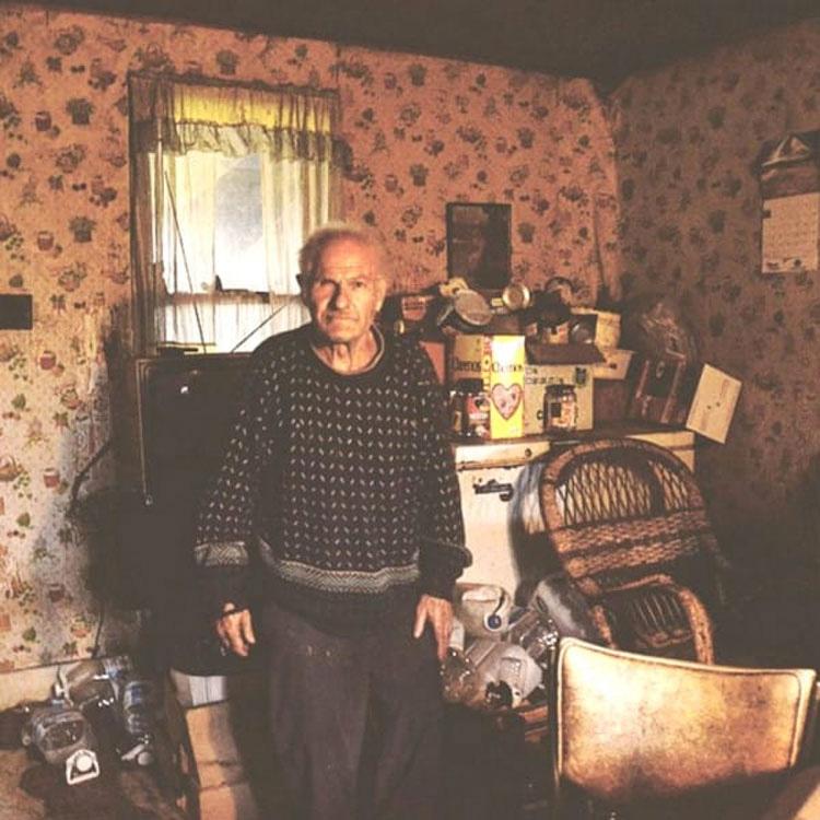 """Esta mujer oyó pasos en esta casa """"abandonada"""". ¿Lo que encuentra en el interior? Estoy sin palabras"""