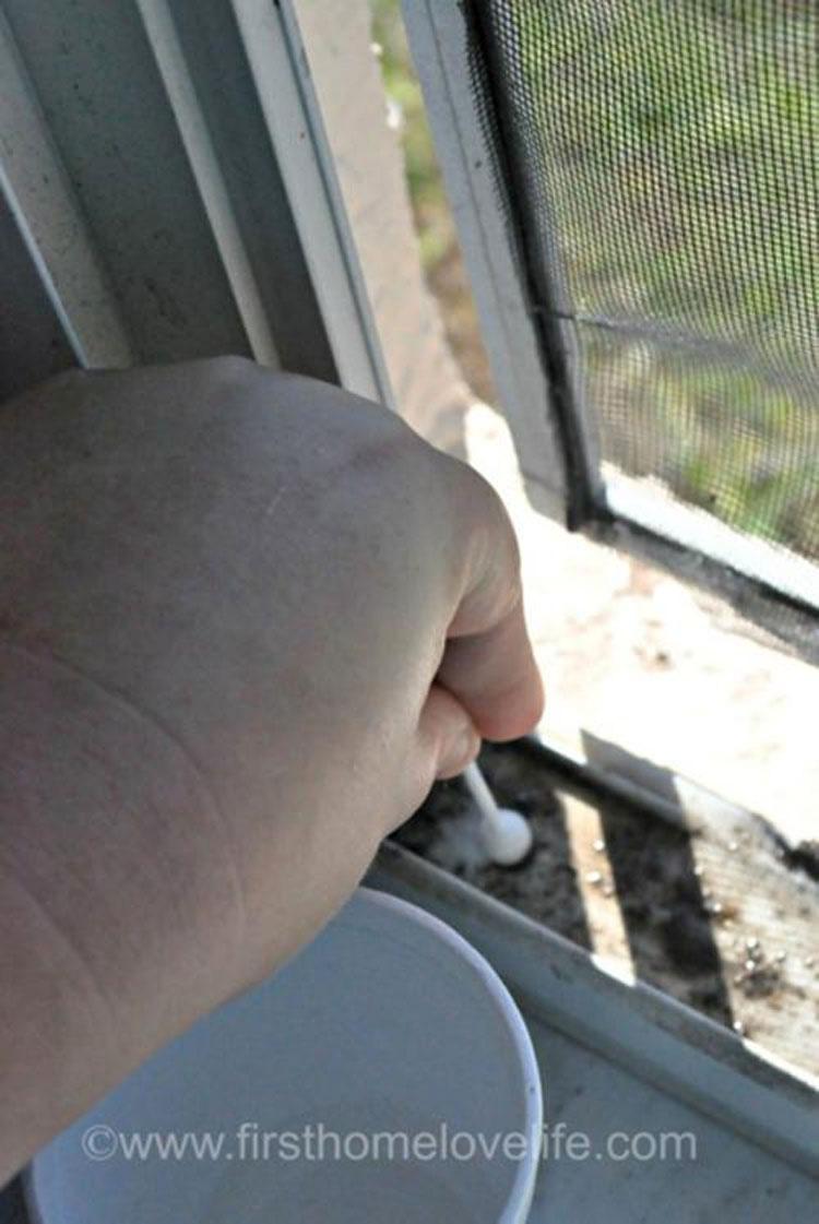 Cubre los carriles de las ventanas y después vierte agua. No tenía ni idea de que fuera tan fácil 2
