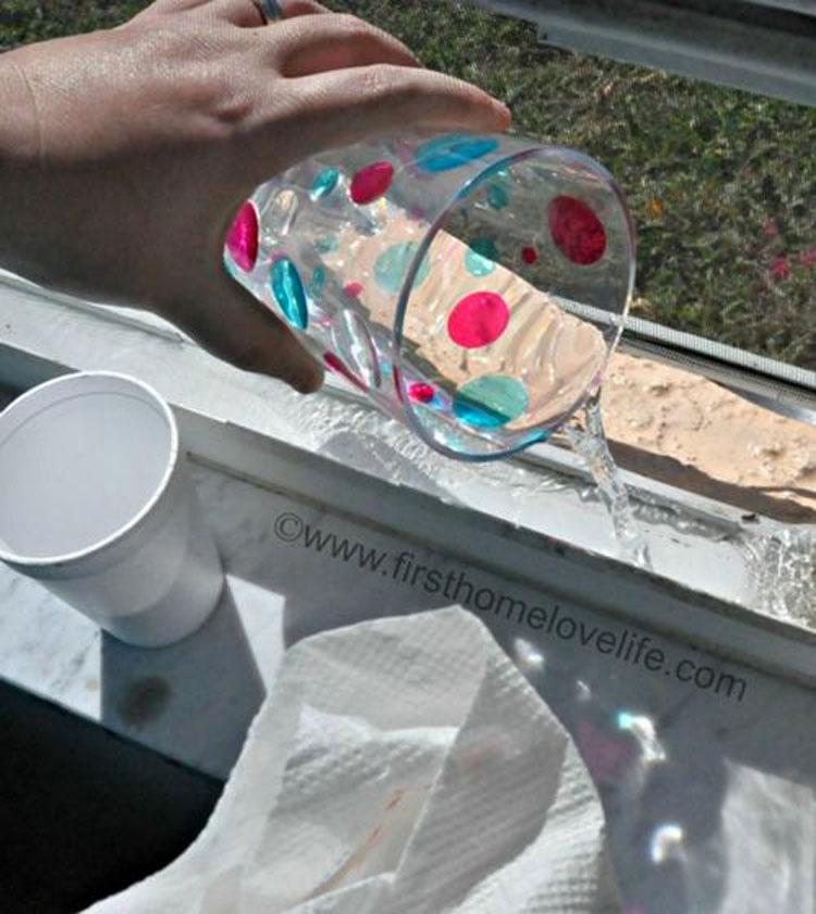 Cubre los carriles de las ventanas y después vierte agua. No tenía ni idea de que fuera tan fácil 4
