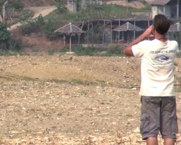 Un hombre grita a un campo abierto, ahora mira lo que viene corriendo. ¡Esto es impresionante! 1