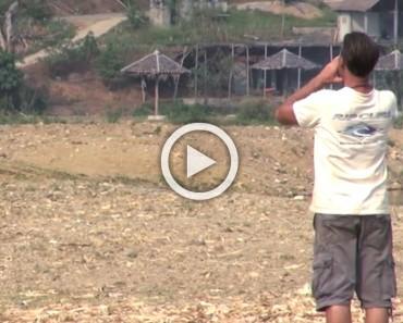 Un hombre grita a un campo abierto, ahora mira lo que viene corriendo. ¡Esto es impresionante!