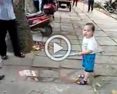 El vídeo que está dando la vuelta al mundo: el niño chino que defiende a su abuela