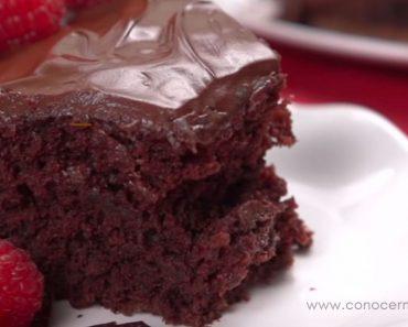 Este pastel de chocolate no necesita huevos, leche ni mantequilla... ¡y el resultado es increíble!
