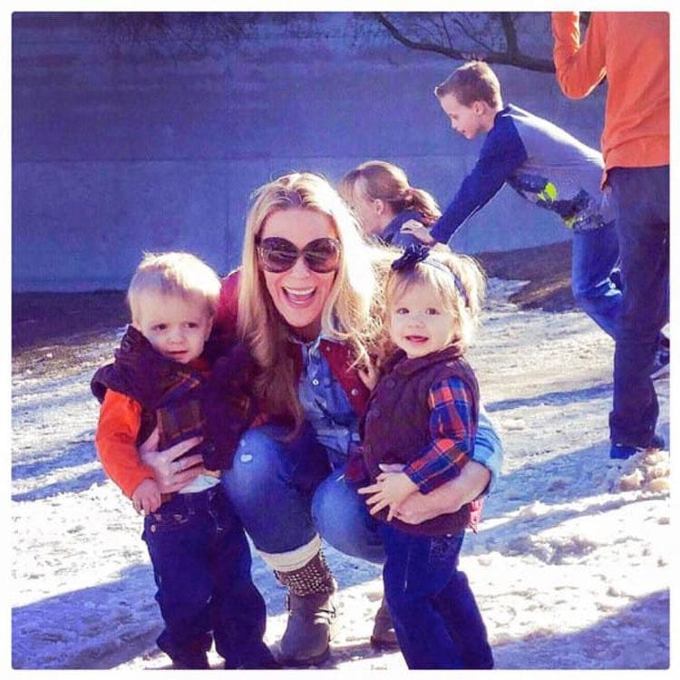 Esta madre pone a sus gemelos en sus cunas, después ve algo que le PERSEGUIRÁ siempre