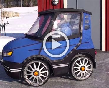 Parece el que coche más pequeño del mundo, pero mira lo que sucede cuando abre la puerta