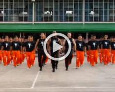 Estos presos se dirigen hacia la cámara en una figura en V. Ahora mira lo que aparece detrás de ellos