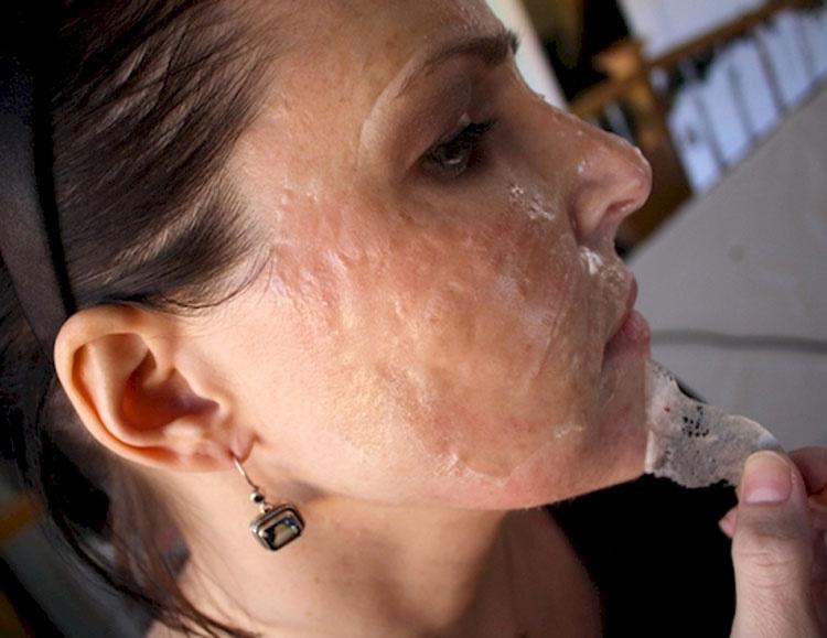 Frota 2 ingredientes en su cara y deja que se sequen. Lo que pasa es minutos más tarde querrás probarlo