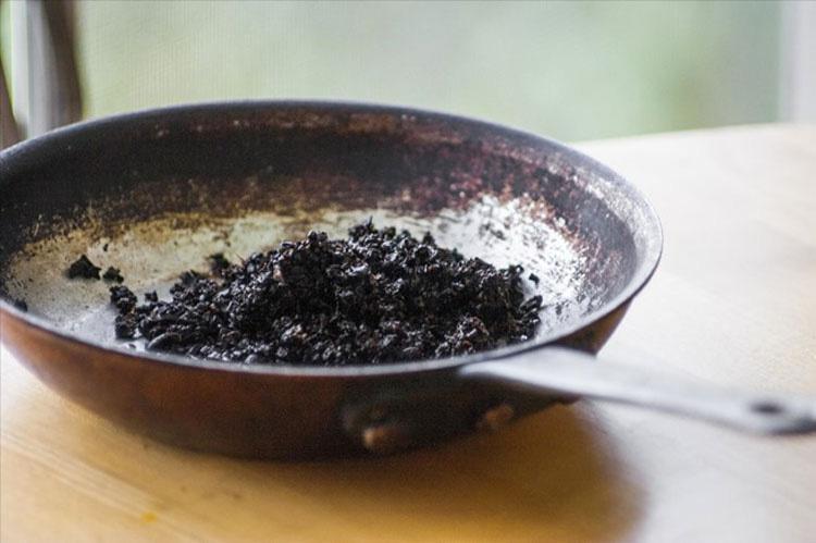 En lugar de tirar los posos del café, los pone en una sartén y hace ESTO