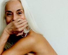 Esta modelo de 60 años de una campaña de bañadores destruye estereotipos referentes a la edad