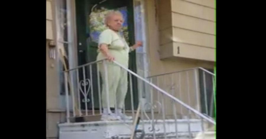 Querían ayudar a bajar a esta abuela de 88 años, pero entonces empezó la música...