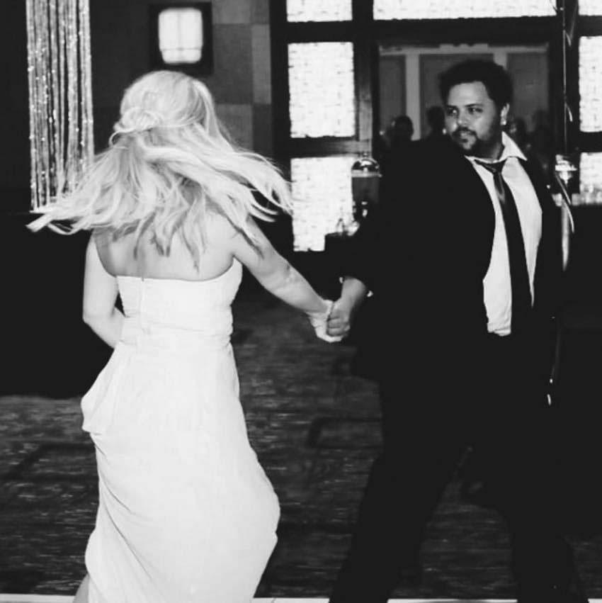 Fíjate bien en el anillo de boda de esta mujer. Se hizo viral por una razón inesperada