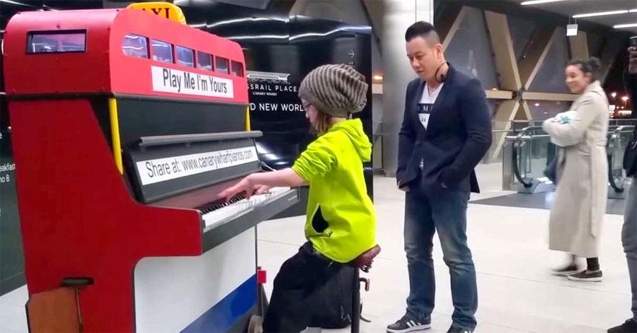 Esta niña de 9 años se sienta en público. Cuando comienza a tocar todos se detienen...