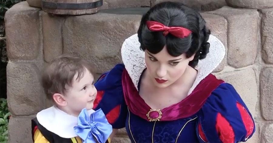 Este chico tímido mira a Blancanieves, ¿pero qué captura mamá con la cámara? Increíble...