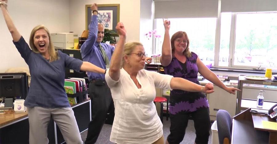 Estos profesores tienen una 39 fiesta en la oficina 39 ahora for Fiesta en la oficina