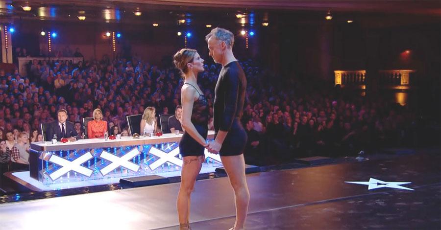 Este matrimonio se coloca en el escenario, ahora mira sus pies cuando la música comienza...