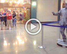 Este chico reta a una 'estatua' a una batalla de baile. Mira cómo acabó la batalla...