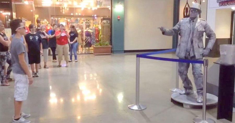 Este chico reta a una 'estatua' a una batalla de baile. Mira cómo acabó... 1