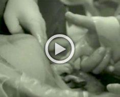 Esta madre comienza a tener a su bebé, entonces papá mira la mano del médico y ve lo impensable...