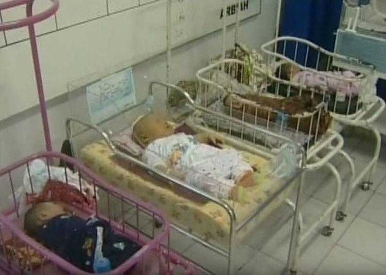 Madre da a luz a su tercer bebé 'grande'. Ahora mira cuando la cámara lo enfoca junto a los otros bebés