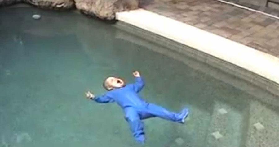 Este bebé cae en la piscina. Pero en lugar de hundirse sucede algo increíble
