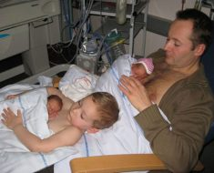 Todo el mundo está hablando de esta emotiva foto entre un padre, un hijo y los nuevos gemelos
