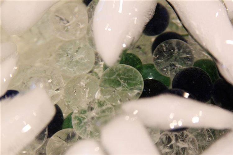 Deja caer canicas en agua con hielo. Lo que obtiene al final es simplemente IMPRESIONANTE