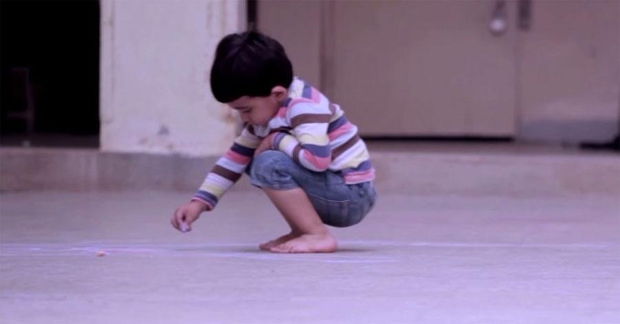 Un niño dibuja algo en el suelo. Cuando me di cuenta de qué era me quedé sin habla