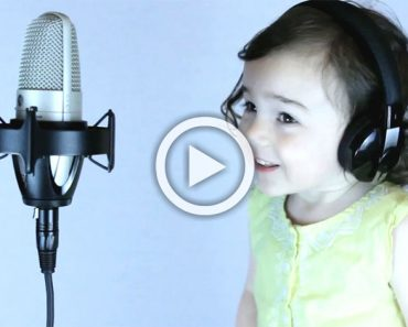 Su hija se acerca al micrófono. Ahora escucha cuando canta ESTA un éxito de 1985...