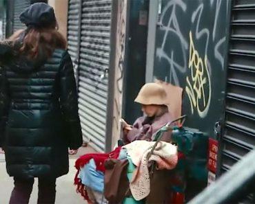Pasa junto a una mujer sin hogar. Pero mira cuando se da cuenta de quién se esconde debajo... 1