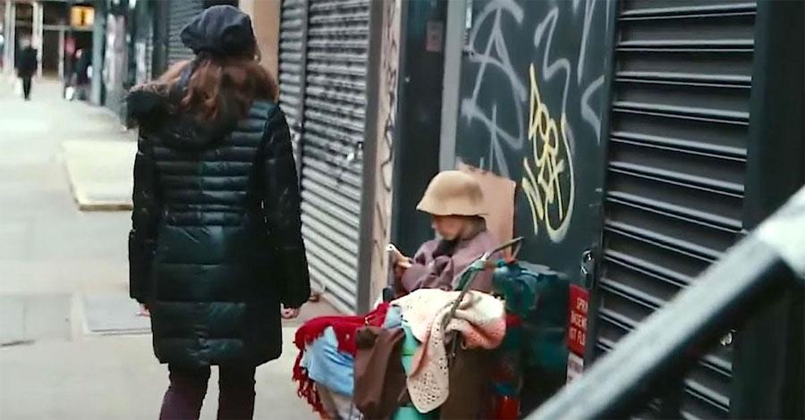 Pasa junto a una mujer sin hogar. Pero mira cuando se da cuenta de quién se esconde debajo...