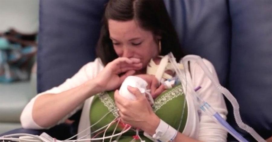 Da a luz un bebé de solo 700 gramos. Mira la reacción de ella cuando lo tiene en brazos por primera vez