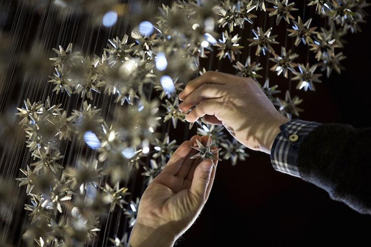 Coloca cuidadosamente 2.000 estrellas en un orden muy específico. ¿Cuando da un paso atrás?