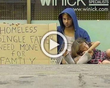 Este hombre sin hogar sostiene 2 carteles diferentes, mira a cual de ellos responde la gente más