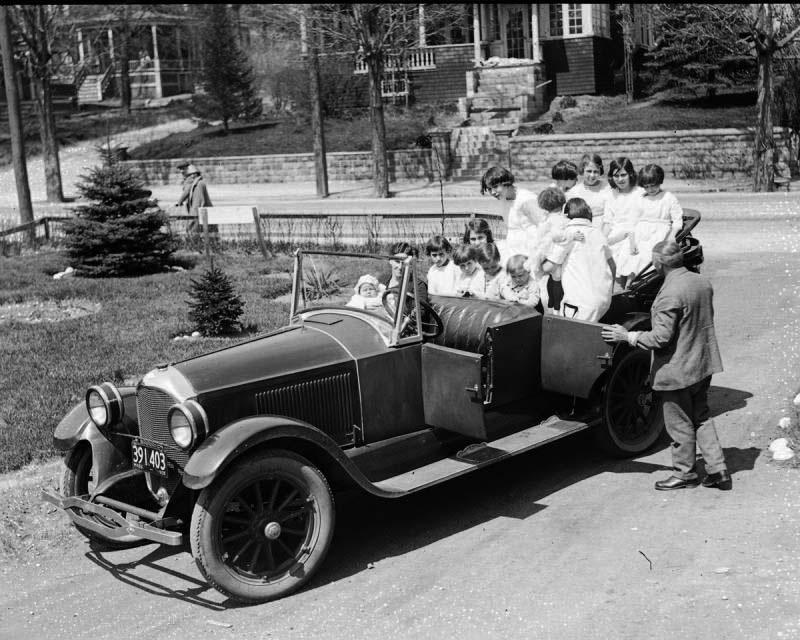 Esta familia de 15 posa para una foto. ¡Cuando se suben todos al coche no puedo dejar de reír!