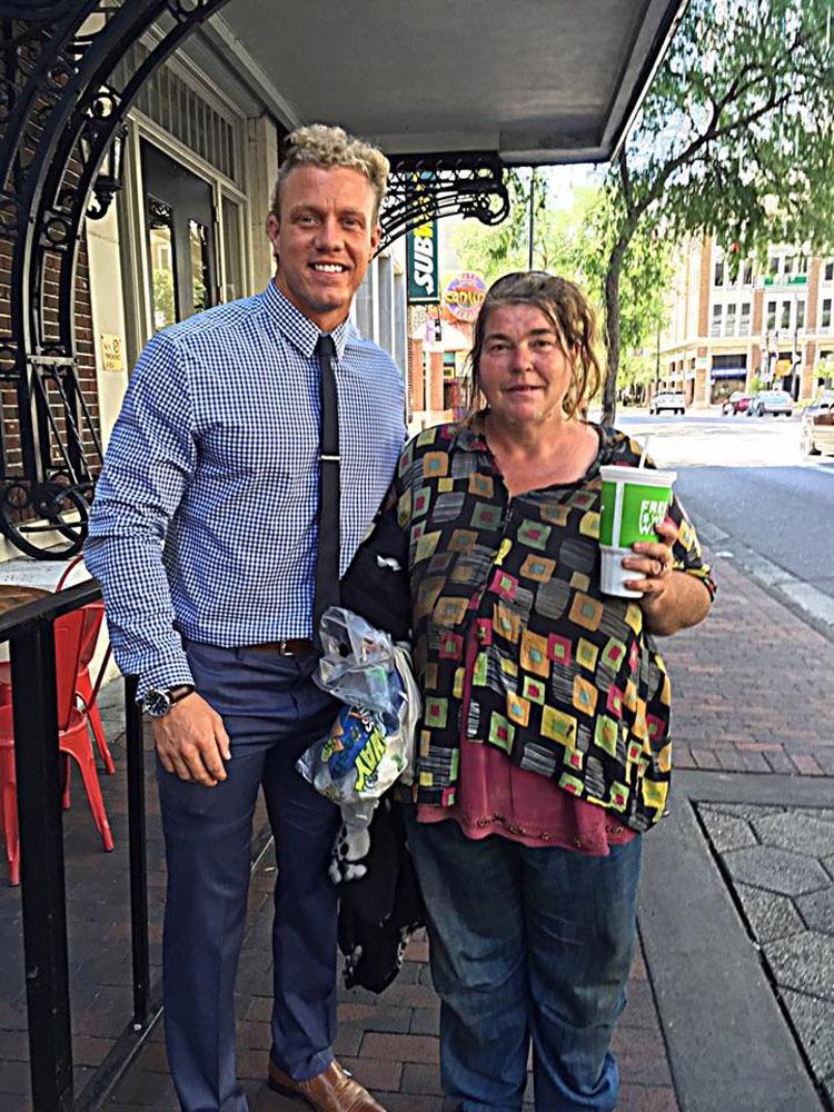 Almuerza con esta mujer sin hogar cada semana. Hasta que oye cómo utiliza el dinero...