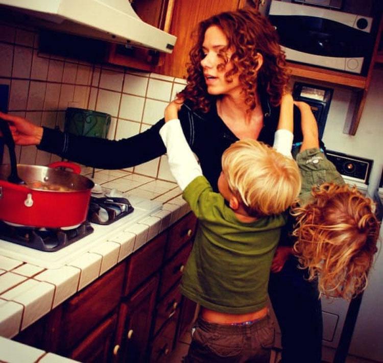 Esta madre invita a su nuevo novio a las 2 de la mañana. Entonces llega y ve a sus niños ASÍ... 3