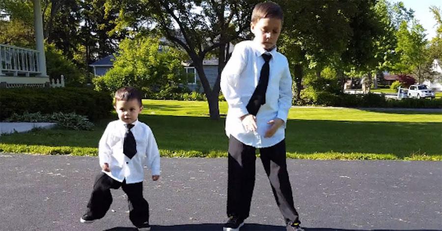 Papá comienza a grabar a sus hijos mientras bailan. ATENCIÓN a lo que hace el pequeño...