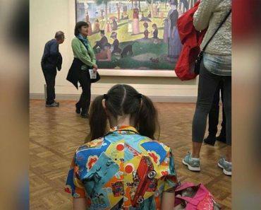 Se sienta en el suelo en una exposición de arte. Una hora más tarde enseña esto...