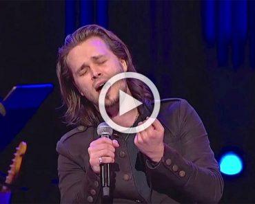 Este guapo va a cantar una icónica canción, a continuación, comienza a cantar y ATURDE a todos...