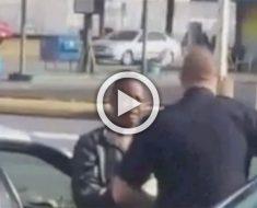 Este policía atrapa a una mujer robando. Entonces ve lo que tiene en los bolsillos...