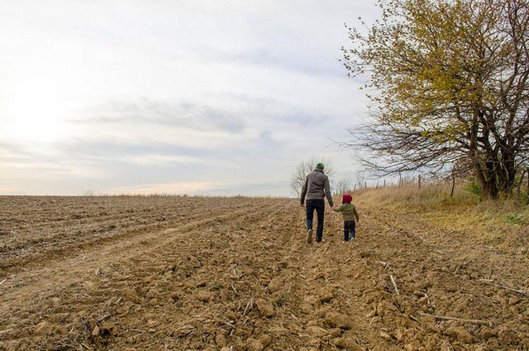 Un padre rico llevó a su hijo para que viera cómo vivían los pobres... lo que le respondió es increíble