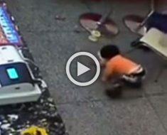 Mira lo que esta madre hace a su bebé cuando deja caer una hamburguesa al suelo