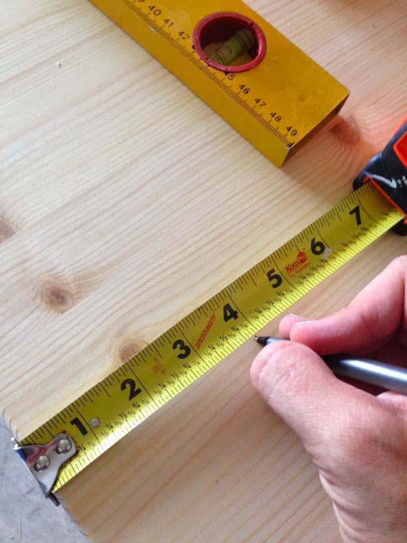 Compró una mesa de IKEA para la habitación de su hijo, pero hizo 2 agujeros para hacer ESTO