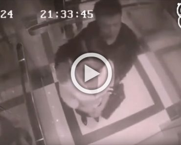 Un hombre acosa a una mujer en un ascensor. La cámara de vigilancia captó esto...