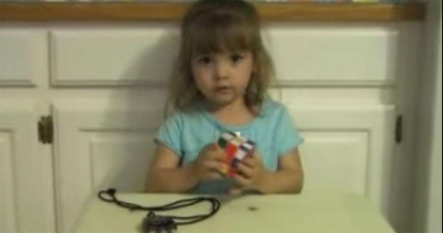 Este padre da a su pequeña hija un cubo de Rubik. Momentos después, la familia entera se queda ASOMBRADA 1