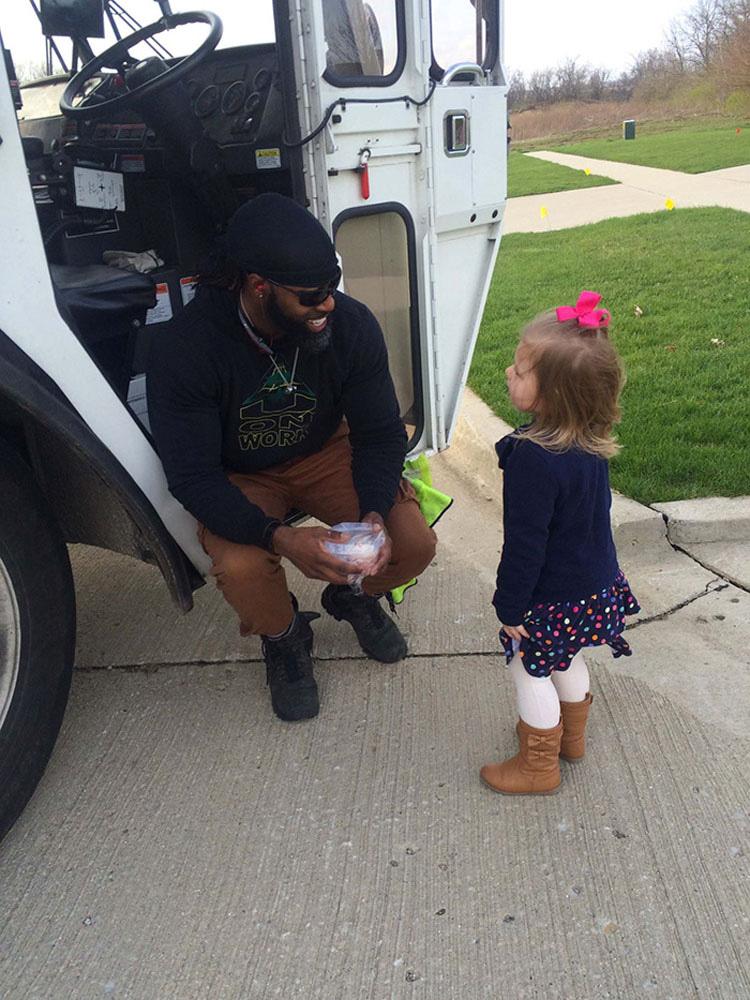 Niña pide reunirse con el hombre de la basura por su cumpleaños. Mira lo que sucede después