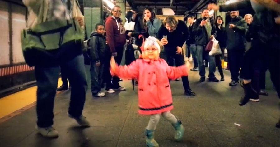 Mira como esta adorable niña contagió su alegría en el metro en un vídeo que se hizo viral