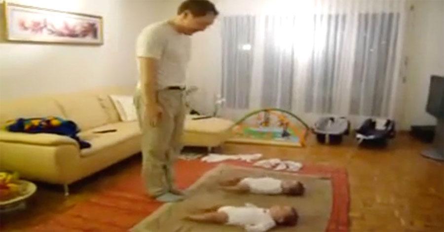 La madre sorprende a los gemelos riéndose con su marido. Ahora ATENCIÓN a sus pies...