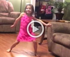 Baila por la habitación con un vestido rosa. Ahora mira quién se une a ella, ¡adorable!
